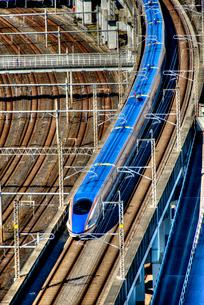 疾走する北陸新幹線の写真素材 [FYI02836692]