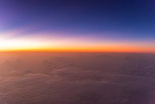 飛行機から見る日没後のマジックアワーの写真素材 [FYI02836714]