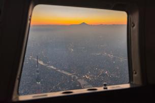 ヘリコプター窓から見る富士山と東京スカイツリー夕景の写真素材 [FYI02836728]