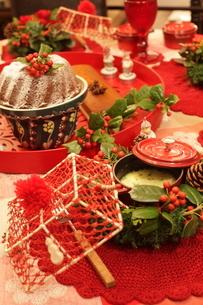 料理とクリスマスアレンジの写真素材 [FYI02836739]