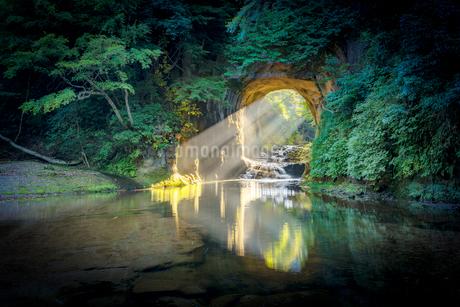 亀岩の洞窟(濃溝の滝) に差す光の写真素材 [FYI02836767]