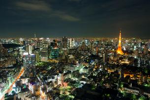 東京タワーと東京スカイツリーの夜景の写真素材 [FYI02836783]