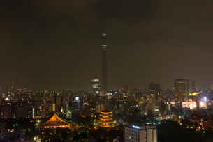 浅草寺と東京スカイツリーライトダウンの写真素材 [FYI02836825]