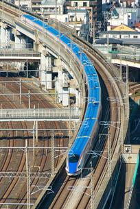 疾走する北陸新幹線の写真素材 [FYI02836863]