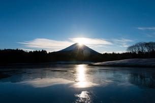 初日の出ダブルダイヤモンド富士の写真素材 [FYI02836890]