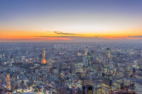 東京タワーライトアップと港区周辺の空撮マジックアワーの写真素材 [FYI02836894]