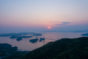 来島海峡大橋の夕日の写真素材 [FYI02836937]