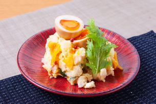 燻製卵のポテトサラダの写真素材 [FYI02836954]