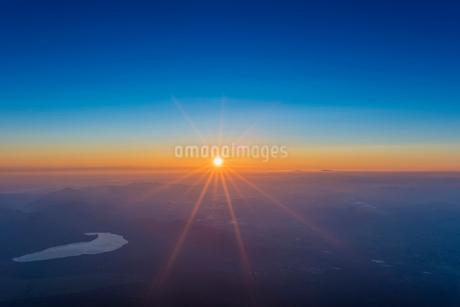 富士山頂より御来光を望むの写真素材 [FYI02836964]