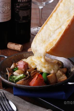ラクレットチーズイメージの写真素材 [FYI02836994]