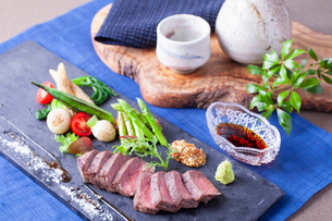 熟成牛のステーキの写真素材 [FYI02836995]