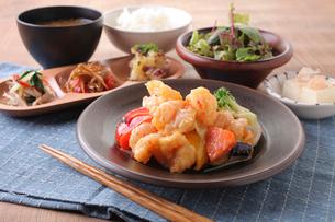 ぷりぷり海老と季節野菜のチリマヨ定食の写真素材 [FYI02837031]