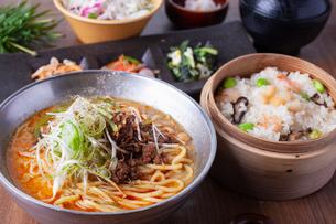 担々麺とおこわセットの写真素材 [FYI02837039]