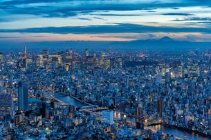 東京都心部と富士山の夜景の写真素材 [FYI02837041]