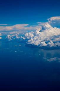 航空機から見たマラッカ海峡と入道雲の写真素材 [FYI02837054]