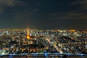 東京タワーとレインボーブリッジと東京ゲートブリッジの夜景の写真素材 [FYI02837055]