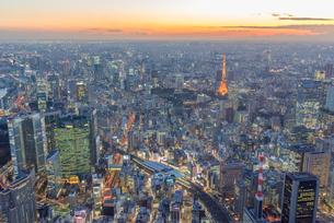 東京タワーライトアップと新橋、汐留周辺の空撮マジックアワーの写真素材 [FYI02837096]