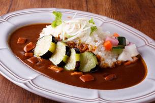 茄子と香味野菜のプレミアムカレーの写真素材 [FYI02837106]