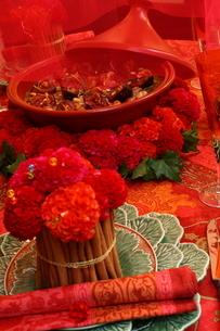 料理とフラワーアレンジメントの写真素材 [FYI02837183]