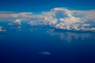 航空機から見たマラッカ海峡と入道雲の写真素材 [FYI02837202]