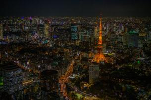 東京タワーライトアップ夜景空撮の写真素材 [FYI02837218]