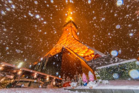 東京タワーライトアップと大雪の写真素材 [FYI02837225]