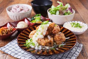 若鶏の竜田揚げおろしポン酢定食の写真素材 [FYI02837256]