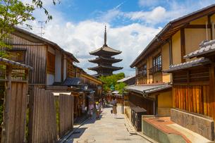 八坂通と法観禅寺・八坂の塔の写真素材 [FYI02837281]