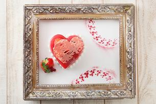 苺のバレンタインケーキの写真素材 [FYI02837294]