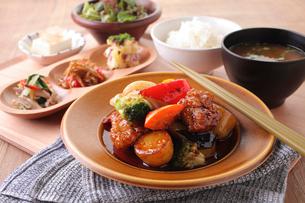 若鶏と季節野菜の黒酢あん定食の写真素材 [FYI02837309]