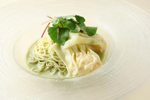 モロヘイヤ冷麺の写真素材 [FYI02837318]