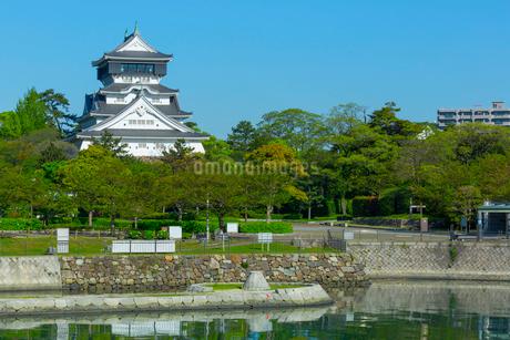青空に映える小倉城の写真素材 [FYI02837324]