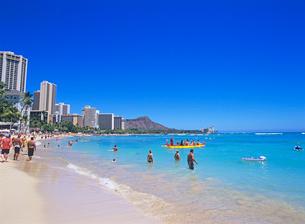 ワイキキビーチとダイアモンドヘッド ハワイの写真素材 [FYI02837366]