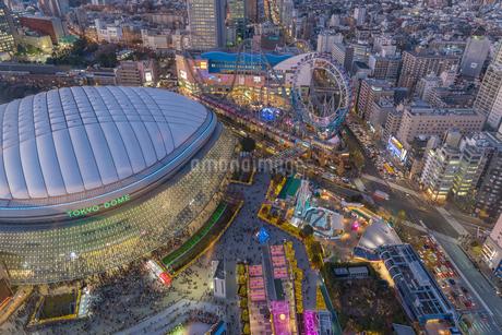 東京ドームとラクーアライトアップの写真素材 [FYI02837429]