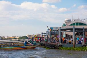 チャオプラヤー川の風景とエクスプレスボートの写真素材 [FYI02837533]