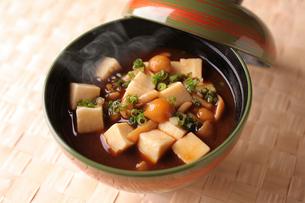 なめこと豆腐の味噌汁の写真素材 [FYI02837538]