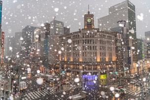 銀座4丁目交差点の雪景色の写真素材 [FYI02837582]