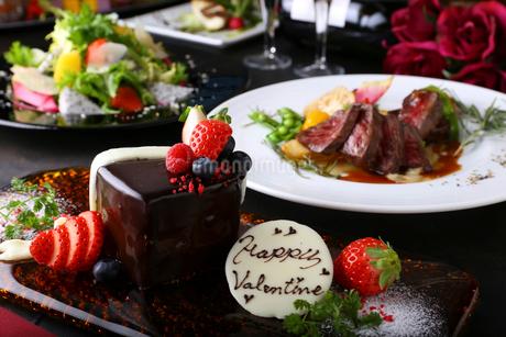 バレンタインケーキとコース料理の写真素材 [FYI02837595]