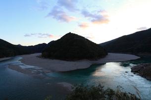 夕暮れの北山川の写真素材 [FYI02837613]