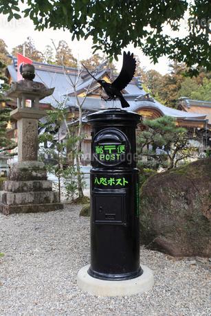 熊野本宮大社の八咫ポストの写真素材 [FYI02837641]