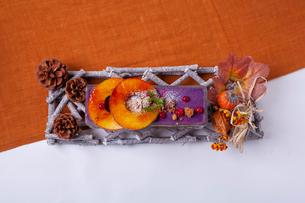 焼きリンゴと紫芋のパフェの写真素材 [FYI02837659]