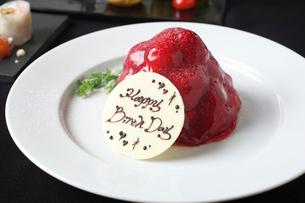 苺のバースデーケーキの写真素材 [FYI02837724]