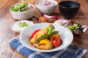 白身魚と季節野菜の黒酢あん定食の写真素材 [FYI02837740]