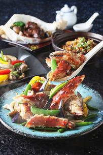タラバ蟹と冬野菜の黒胡椒炒めの写真素材 [FYI02837750]