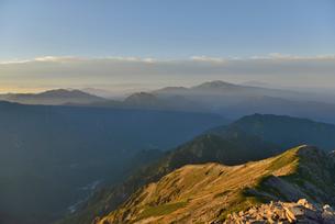 夕日に照らされる山肌の写真素材 [FYI02837782]