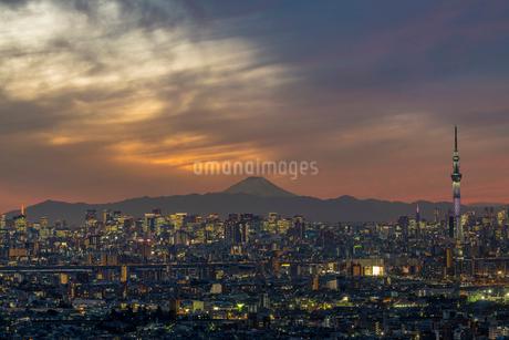 日没後の富士山と東京ビル群ライトアップの写真素材 [FYI02837796]