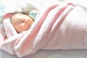 日光に照らされて寝ている赤ちゃんの写真素材 [FYI02837798]
