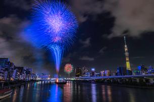 東京スカイツリーと隅田川花火大会の写真素材 [FYI02837816]