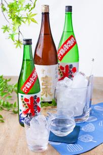 日本酒オンザロックイメージの写真素材 [FYI02837830]