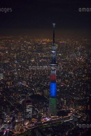 東京スカイツリーオリンピックライトアップの夜景空撮の写真素材 [FYI02837859]